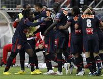 """<p>Игроки """"ПСЖ"""" радуются голу, забитому в ворота """"Монако"""", в Сен-Дени, 1 мая 2010 года. Катарские инвесторы покупают 70-процентную долю выступающего в элите французского футбола """"ПСЖ"""", заявил парижский клуб. REUTERS/Charles Platiau</p>"""