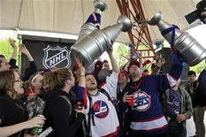 <p>Hockey fans celebrate the return of NHL hockey during a rally in Winnipeg, Manitoba, May 31, 2011. REUTERS/Fred Greenslade</p>