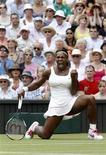 """<p>Серена Уильямс радуется очку, заработанному в финале """"Уимблдона"""" против Веры Звонаревой, в Лондоне 3июля 2010 года. Возвращение Серены Уильямс после годичной паузы, вызванной травмами, состоится на теннисном турнире в Истборне в ближайшую субботу. REUTERS/Stefan Wermuth</p>"""