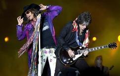 <p>El cantante Steven Tyler y el guitarrista Joe Perry de la banda Aerosmith en una actuacin en Solvesborg REUTERS/Claudio Bresciani</p>