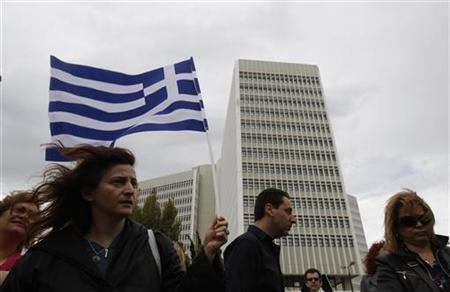Protesters hold Greek flags during a protest rally against the government's privatisation plan outside the headquarters of Greece's telecommunications company in Athens May 27, 2011. REUTERS/John Kolesidis