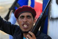 <p>Ливийский повстанец на КПП близ Мисураты, 9 июня 2011 года. Западные и арабские страны выделят $1,1 миллиарда в качестве помощи ливийским повстанцам, пытающимся свергнуть правящего уже более 40 лет Муаммара Каддафи. REUTERS/Zohra Bensemra</p>