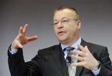 <p>Stephen Elop, le directeur général de Nokia. Le fabricant finlandais a annoncé mardi avoir mis fin au conflit sur les brevets l'opposant à Apple, qui lui versera un dédommagement exceptionnel en plus des redevances dues à Nokia. /Photo prise le 27 avril 2011/REUTERS/Martti Kainulainen/Lehtikuva</p>
