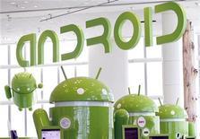<p>Mascotas de Android alineadas en un área de exhibicióm en una conferencia de Google en el Mosconce Center de San Francisco REUTERS/Beck Diefenbach</p>