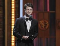 <p>La estrella de Harry Potter Daniel Radcliffe durante la entrega de los premios Tony en Nueva York, jun 12 2011. Radcliffe ha revelado que llegó a estar tan preocupado por su afición al alcohol que prometió dejarlo y ahora es totalmente abstemio. REUTERS/Gary Hershorn</p>