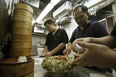 <p>Workers prepare dim sum at the Michelin-starred Tim Ho Wan in Hong Kong's Mong Kok November 27, 2009. REUTERS/Tyrone Siu</p>