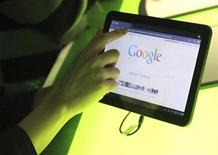 <p>The Google home page is shown on Google's latest version of the Android operating system, Honeycomb, on a Motorola Xoom tablet device following a news conference at Google Headquarters in Mountain View, California February 2, 2011. REUTERS/Beck Diefenbach</p>