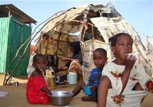 <p>Internally displaced Somali children take breakfast outside their makeshift shelter at a camp outside Mogadishu, August 2, 2009. REUTERS/Omar Faruk</p>