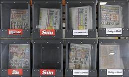 <p>Foto de archivo de unas copias del diario Sun, Mirror, Daily Mail y Star en una estación de servicios de Londres, jul 17 2011. El grupo de periódicos británicos de Rupert Murdoch pidió a su personal que cambiaran sus contraseñas y aumentaran la seguridad después de que unos piratas atacaran la página web de su tabloide The Sun, según revelaron fuentes el martes. REUTERS/Suzanne Plunkett</p>