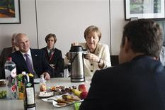 <p>German Chancellor Angela Merkel, Greece's Prime Minister George Papandreou and France's President Nicolas Sarkozy attend a meeting in Brussels July 21, 2011. REUTERS/Bundesregierung/Steffen Kugler/Pool</p>
