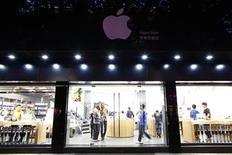 <p>Un grupo de empleados y clientes al interior de una tienda de Apple falsa en Kunming, China, jul 22 2011. Una bloguera estadounidense que se tropezó con una tienda falsa de Apple en China se convirtió en la sensación de internet, luego que una publicación suya se extendiera y desatara un enérgico debate sobre la piratería en la segunda mayor economía del mundo. REUTERS/Aly Song</p>