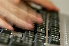 """<p>Des experts en sécurité informatique ont mis au jour une vague de cyber-attaques sans précédent touchant 72 entités, dont les Nations unies, des gouvernements et des entreprises du monde entier. Ces infiltrations sur des réseaux protégés, révélées par la firme de sécurité informatique McAfee, se sont produites au cours des cinq dernières années et un """"acteur étatique"""" se trouve à l'origine de la campagne. Selon un expert en sécurité informé du piratage géant, tous les éléments disponibles désignent la Chine. /Photo d'archives/REUTERS/Régis Duvignau</p>"""