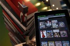<p>Un iPad 2 de Apple corriendo la aplicación de una libreria en la Feria del Libro de Hong Kong, jul 20 2011. Frankenstein, Oliver Twist y Robinson Crusoe podrían acechar en tu iPad gracias a una nueva aplicación lanzada esta semana por la Biblioteca Británica, que ofrece acceso a más de 45.000 libros históricos y de anticuario. REUTERS/Tyrone Siu</p>