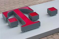 <p>Deutsche Telekom annonce être sur la bonne voie pour atteindre ses objectifs annuels malgré un bénéfice au deuxième trimestre pénalisé par des charges de restructuration, majoritairement en Allemagne. Le résultat net de l'opérateur télécoms a chuté de 26,7% à 348 millions d'euros, en grande partie à cause de 600 millions d'euros de charges exceptionnelles liées à l'extension d'un plan de départs anticipés à la retraite. /Photo d'archives/REUTERS/Kacper Pempel</p>
