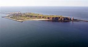 <p>Vista aérea de la isla aleman de Helgoland, jul 18 2006. Cientos de turistas han quedado varados en la única isla en mar abierto de Alemania, Helgoland, en el Mar del Norte a causa de la interrupción del servicio de ferry por tormentas y grandes olas. REUTERS/Arnd Wiegmann</p>