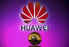 <p>Foto de archivo del lanzamiento de unos teléfonos Vision de la firma Huawei durante su lanzamiento en Pekín, ago 3 2011. La china Huawei Technologies, el segundo fabricante mundial de equipos de redes, dijo el lunes que sus ventas de la primera mitad del año crecieron un 11 por ciento a 98.300 millones de yuanes (unos 15.385 millones de euros) y que está camino de lograr su objetivo anual de ventas por 199.000 yuanes en 2011. REUTERS/David Gray</p>