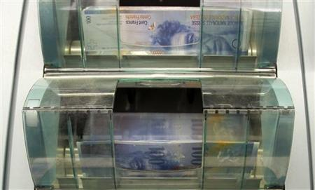 A money counter counts 100 Swiss franc banknotes in a bank in Zurich August 16, 2011. REUTERS/Arnd Wiegmann