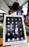 <p>Foto de archivo de una tableta iPad 2 de Apple en una sede de la firma KT en Seúl, ago 10 2011. Apple Inc está trabajando con los proveedores de componentes y ensambladores en Asia para la producción de prueba de la próxima versión del iPad a partir de octubre, informó el Wall Street Journal el viernes, citando a personas familiarizadas con la situación. REUTERS/Jo Yong-Hak</p>