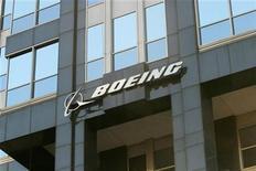 <p>Foto de archivo del logo de Boeing en su casa matriz de Chicago, EEUU, abr 26 2006. El directorio de Delta Air Lines estarían decidiendo esta semana la compra de 100 aviones 737 de Boeing por un valor de 8.580 millones de dólares, dijo el lunes Bloomberg News, citando a dos personas cercanas a la decisión. REUTERS/STR New</p>