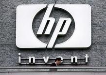 <p>Foto de archivo de la sede de la firma Hewlett Packard en Issy le Moulineaux, Francia, sep 16 2005. Hewlett-Packard lanzó el lunes una nueva computadora de escritorio, pocos días después de anunciar sus planes de separar o vender su unidad de computadoras personales. REUTERS/Charles Platiau/Files</p>