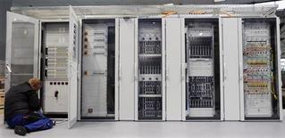 """<p>Microsoft va développer et commercialiser en Chine des produits basés sur l'informatique à distance (""""cloud computing"""") en partenariat avec l'éditeur China Standard Software (CS2C), spécialisé dans les systèmes d'exploitation et logiciels pour entreprises, a annoncé mardi un responsable du premier éditeur mondial de logiciels. /Photo prise d'archives/REUTERS/Hannibal Hanschke</p>"""