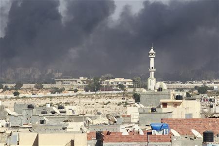 Smoke rises above downtown Tripoli following fighting at Bab Al-Aziziya compound, August 23, 2011. REUTERS/Louafi Larbi