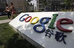 <p>Foto de archivo del logo de Google frente a su casa matriz de Pekín, jun 2 2011. El Ministerio de Comercio de China dijo que no había recibido una solicitud de Google para obtener la aprobación administrativa de su compra prevista de 12.500 millones de dólares de Motorola Mobility Holdings. REUTERS/Jason Lee</p>