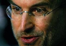 <p>Foto de archivo del ex presidente ejecutivo de Apple Steve Jobs durante una conferencia de prensa en Londres, jun 15 2004. Las acciones de Apple caían el jueves en momentos en que la compañía se enfrenta al futuro sin su fundador Steve Jobs, quien renunció el miércoles reconociendo que no estaba en condiciones de cumplir sus funciones. REUTERS/Matt Dunham/Files</p>