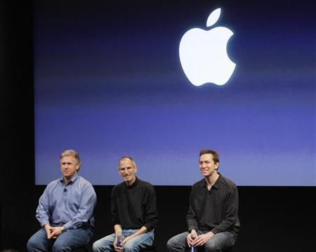Apple Inc. senior vice president of worldwide product marketing Philip Schiller (L), CEO Steve Jobs (C) and senior vice president of iPhone software Scott Forstall (R) sit during a Q&A session at the end of the iPhone OS4 special event at Apple headquarters in Cupertino, California April 8, 2010. REUTERS/Robert Galbraith
