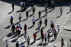 <p>Passersby walk across the east section of Chang'an street in Beijing May 14, 2007.REUTERS/Reinhard Krause</p>