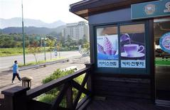 <p>A man walks past an empty shopping area of the Mount Kumgang resort in Kumgang August 31, 2011. REUTERS/Carlos Barria</p>
