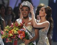 <p>Miss Angola Leila Lopes is crowned by Miss Universe 2010 Ximena Navarrete of Mexico after being named Miss Universe 2011 during the Miss Universe pageant in Sao Paulo September 12, 2011. REUTERS/Paulo Whitaker</p>