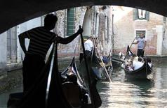 <p>A canal in Venice is clogged with some of tourist-laden gondolas on a recent summer day, September 10, 2011. REUTERS/Alessandro Bianchi</p>