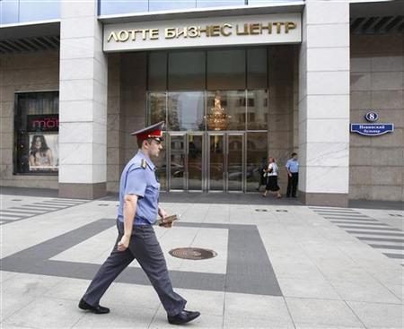 A police officer walks past the entrance of an office building housing a trading unit of British oil company BP in Moscow August 31, 2011. REUTERS/Mikhail Voskresensky