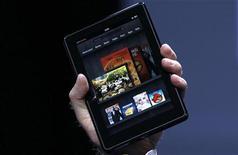 <p>El presidente ejecutivo de Amazon, Jeff Bezos, sostiene el nuevo Kindle Fire durante su presentación en Nueva York, sep 28 2011. Amazon.com Inc introdujo el miércoles una nueva computadora de pantalla táctil bautizada Kindle Fire, que competirá en un mercado que hasta ahora ha sido dominado iPad por Apple Inc. REUTERS/Shannon Stapleton</p>