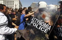 <p>High-school students clash with riot police during a protest march against economic austerity and planned education reforms in Athens October 3, 2011. REUTERS/Yannis Behrakis</p>