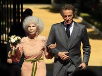 <p>Spain's Duchess of Alba Cayetana Fitz-James Stuart y Silva (L) and her husband Alfonso Diez pose at the entrance of Las Duenas Palace after their wedding in Seville October 5, 2011. REUTERS/Marcelo Del Pozo</p>