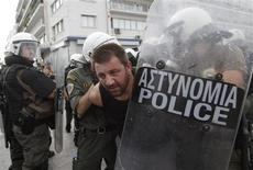 <p>Police detain a protester during an anti-austerity rally in Athens October 5, 2011. REUTERS/John Kolesidis</p>