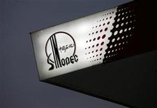 <p>The Sinopec logo is seen at one of its gas stations in Hong Kong April 26, 2010. REUTERS/Bobby Yip</p>