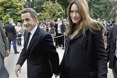 <p>El presidente de Francia, Nicolas Sarkozy, junto a su esposa, Carla Bruni, en el palacio del Elíseo en París, sep 17 2011. La primera dama de Francia, Carla Bruni, daría a luz en los próximos días, algo que mantiene a la prensa local en vilo ante un evento que podría dar al presidente Nicolas Sarkozy un respiro frente a los incesantes golpes políticos que recibe. REUTERS/Jacques Brinon/Pool</p>