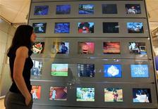 """<p>Plusieurs groupes de médias ont déjà annoncé leur intention de répondre à l'appel à candidatures pour l'attribution de nouvelles chaînes sur la TNT. Le gouvernement a pris acte de l'obligation imposée par l'Europe d'abroger le dispositif de """"canaux bonus"""" et a demandé au CSA de lancer un nouvel appel pour six canaux. /Photo d'archives/REUTERS/Éric Gaillard</p>"""