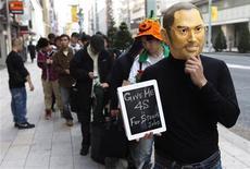 <p>File d'attente devant un Apple Store à Tokyo. La commercialisation du nouvel iPhone d'Apple a débuté vendredi dans le monde entier, où des inconditionnels se sont précipités sur le dernier appareil dévoilé du vivant de Steve Jobs, beaucoup considérant cet achat comme un hommage à l'ancien patron du groupe. /Photo prise le 14 octobre 2011/REUTERS/Kim Kyung-Hoon</p>