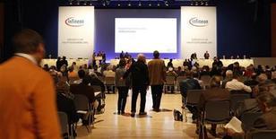 <p>Lors de l'AG d'Infineon à Munich. Le fondeur allemand estime que ses ventes déclineront lors du trimestre en cours, en raison de la crise de la dette qui sème l'incertitude chez ses clients. /Photo d'archives/REUTERS/Michaela Rehle</p>