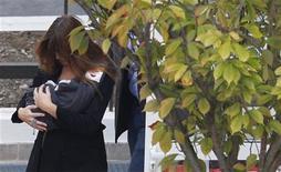 <p>Carla Bruni, la esposa del presidente francés, deja la maternidad de la clínica de la Muette en Paris. Bruni anunció que llamará a su hija recién nacida Giulia. 23 de octubre de 2011. REUTERS/Vincent Kessler</p>