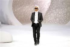 <p>German designer Karl Lagerfeld appears at the end of his Spring/Summer 2012 women's ready-to-wear fashion show for French fashion house Chanel in Paris October 4, 2011. REUTERS/Benoit Tessier</p>