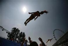 <p>The cheerleading team from Taiwan's Shih Hsin University rehearse for Friday's Chingay parade in Singapore February 10, 2011. REUTERS/Tim Chong</p>