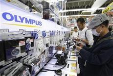 <p>Olympus ne dévoilera pas ses résultats trimestriels le 8 novembre comme prévu, le groupe ayant dit avoir besoin de plus de temps après la mise en place d'une commission externe chargée d'enquêter sur le scandale lié à ses acquisitions. /Photo prise le 28 cotobre 2011/REUTERS/Yuriko Nakao</p>