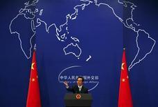 """<p>Hong Lei, porte-parole du ministère chinois des Affaires étrangères. La Chine a qualifié d'""""irresponsable"""", vendredi, un rapport des services de renseignement américains accusant Pékin et Moscou d'utiliser l'espionnage informatique pour dérober aux Etats-Unis des informations confidentielles à caractère économique. /Photo d'archives/REUTERS/David Gray</p>"""