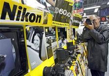 <p>Nikon abaisse de 22% sa prévision de résultat opérationnel annuel en raison des conséquences des inondations en Thaïlande sur sa production et de la vigueur du yen. /Photo d'archives/REUTERS/Yuriko Nakao</p>