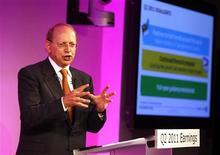 <p>Le directeur général d'Alcatel-Lucent, Ben Verwaayen. L'équipementier télécoms a abaissé vendredi son objectif de rentabilité pour 2011, dans la dernière ligne droite de son plan triennal de redressement, citant une conjoncture défavorable et de la frilosité de la part des opérateurs télécoms européens. /Photo prise le 28 juillet 2011/REUTERS/Eric Gaillard</p>